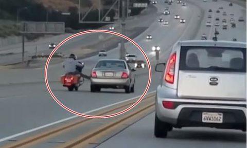Clip tài xế xe máy đạp ô tô 'quay mòng mòng' trên cao tốc