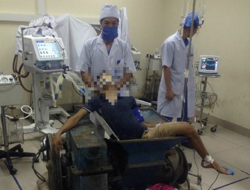 Nát chân vì toàn thân bị kẹt chặt trong máy làm gạch