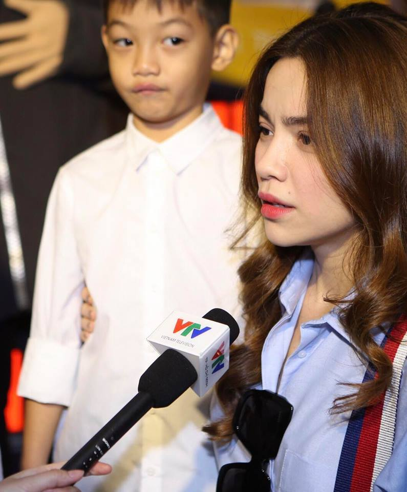 Hồ Ngọc Hà quỳ gối trước mặt con trai để trả lời phỏng vấn
