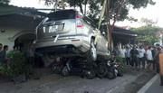 Ô tô 7 chỗ đè nghiến gần chục xe máy khi vào nhà hàng