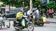 Tập đoàn 'xe xác ướp' chở tôn dọc ngang trên phố Hà Nội