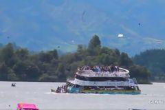Tàu chở 150 người bị chìm ở Colombia