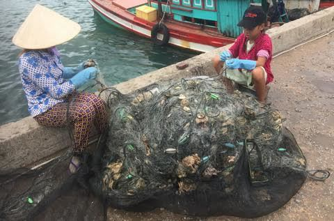 Nghề 'lạ' trên đảo Nam Du thơ mộng: Oằn mình kiếm 80 nghìn qua ngày