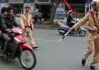 Cảnh sát giao thông bị người vi phạm đánh rách môi