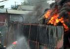 Cháy lớn, cột khói bốc lên đen kịt từ làng Triều Khúc