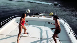 Vợ Kovacic mặc bikini tâng bóng điệu nghệ