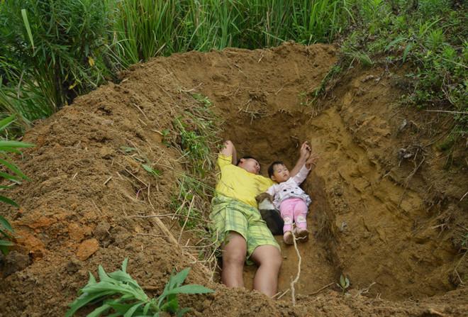 Cha đào huyệt cho con gái ốm nặng nằm xuống dần thích nghi