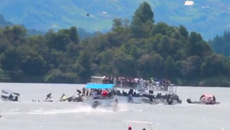 Khoảnh khắc tàu du lịch chở 170 khách chìm xuống hồ