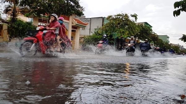 Mưa sầm sập ở Sài Gòn giờ tan tầm, đường lại thành sông