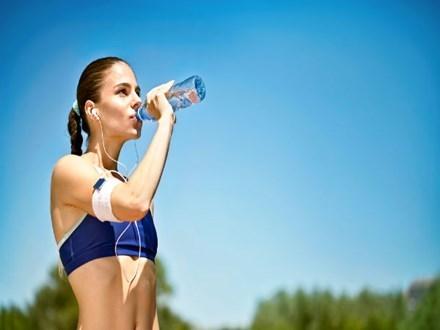 Những thói quen uống nước gây hại sức khỏe