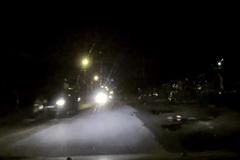 Xe bán tải tông văng tài xế xe máy lên nắp capo rồi bỏ chạy