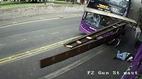 Hành động gây kinh ngạc của người đàn ông bị xe buýt đâm trúng