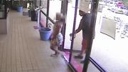 Sàm sỡ thiếu nữ, người đàn ông bị camera an ninh ghi hình