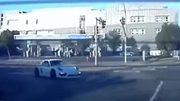 """Xe điện Tesla cho """"siêu xe"""" Porche hít khói khi đua tốc độ"""
