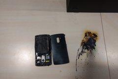 Smartphone phát nổ và bốc cháy ngay trên bàn làm việc