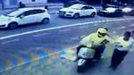 Cướp phóng xe giật điện thoại trên tay người đi bộ giữa phố