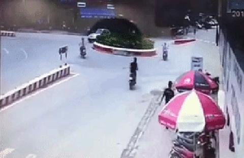 Vì đoạn đường tắt, người phụ nữ đã rơi vào tình huống nguy hiểm