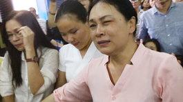 Mẹ Phương Nga ôm mặt khóc nghẹn nghe tin con được tại ngoại