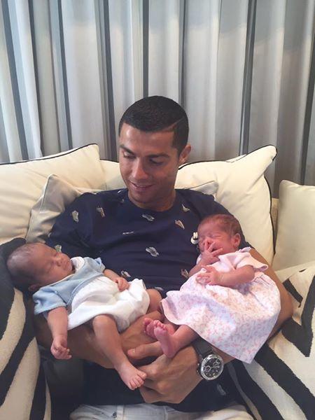 Ronaldo khoe con song sinh, Djokovic chật vật vào bán kết