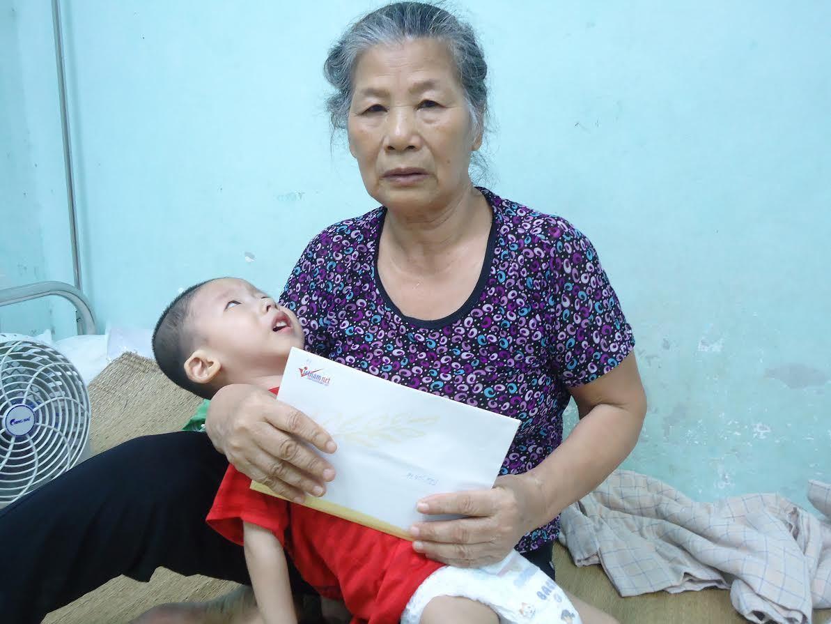 Bé Đào Duy Minh mắc 2 bệnh hiểm nghèo nhận 14 triệu đồng