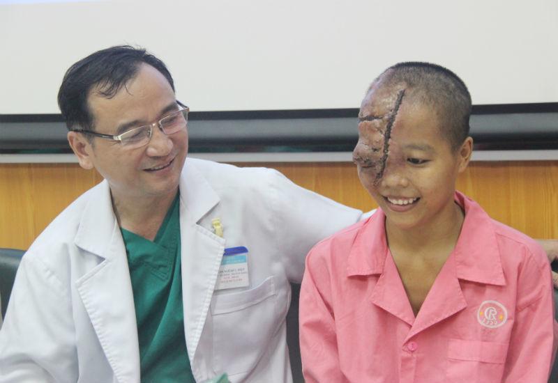 Điều làm bác sĩ hạnh phúc sau ca mổ khối bướu trên mặt cô gái trẻ
