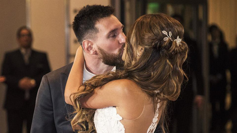 Messi hôn vợ say đắm trong đám cưới to nhất Argentina