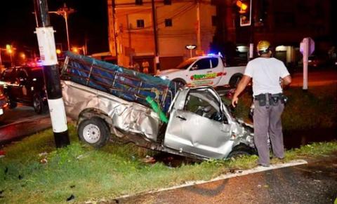 Phóng tốc độ 'bàn thờ', 2 ô tô bán tải tông nhau kinh hoàng