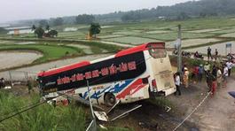 Xe khách lao xuống đường gom cao tốc HN-Lào Cai, lái xe tử vong