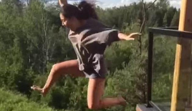 10 clip 'nóng': Cô gái chơi trò mạo hiểm và kết cục đau đớn