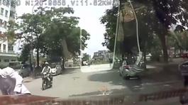 Hoảng hồn ô tô bị xe máy 'tấn công'