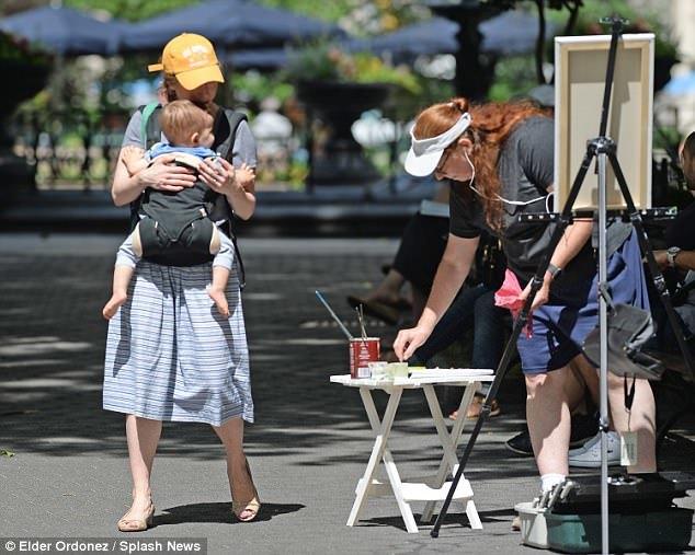 Ái nữ nhà Clinton một mình địu con ra công viên