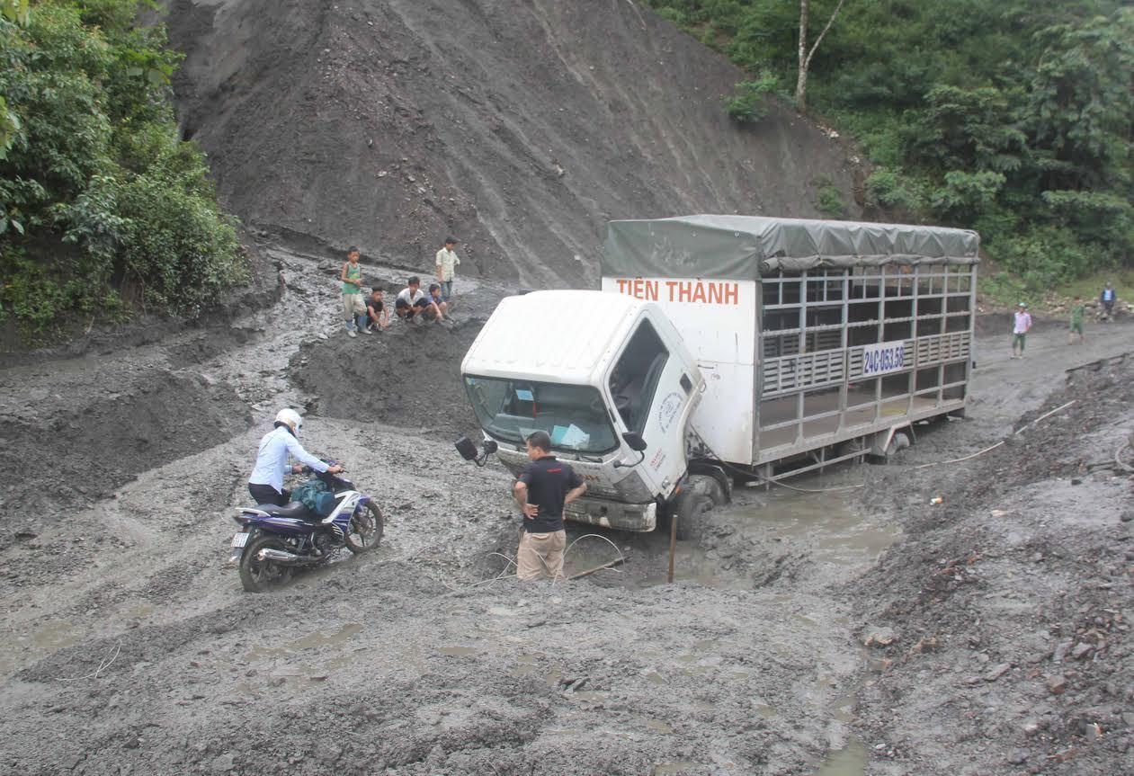 Sạt lở nghiêm trọng, xe tải lún sâu trong bùn đất