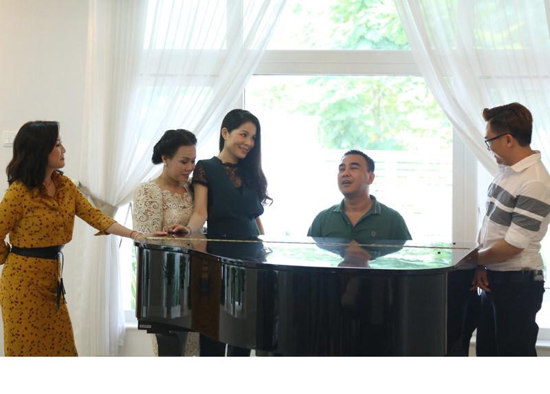 Quyền Linh khoe biệt thự sang trọng, vừa đàn vừa hát tặng vợ