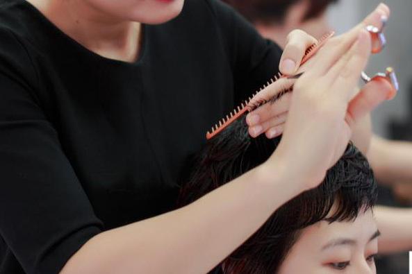 cắt tóc, thu nhập khủng, làm giàu