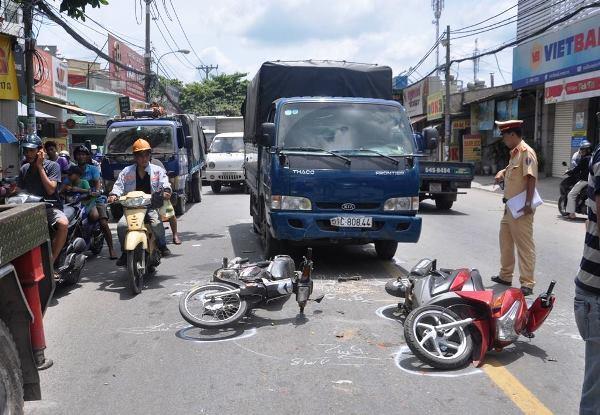 Xe tải tông liên hoàn 3 xe máy, bé gái 6 tuổi nguy kịch
