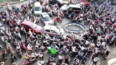 Cấm xe máy, người Hà Nội vừa đi tàu điện ngầm vừa đọc sách