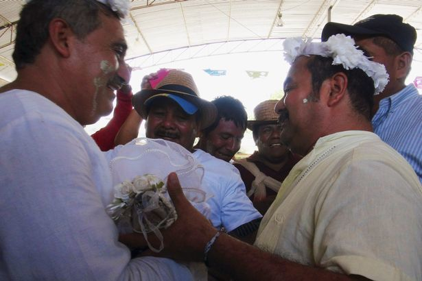 Thị trưởng cưới cá sấu để cầu may cho ngư dân