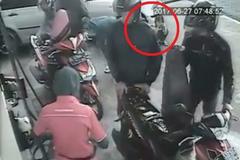 Ngồi chờ bố mẹ tại cây xăng, bé gái bị ô tô chèn qua người