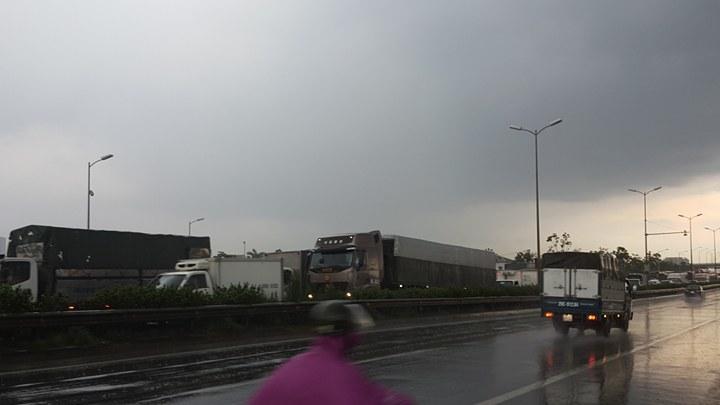 Đâm liên hoàn trên cầu Thanh Trì, nhiều ô tô 'dính' nhau
