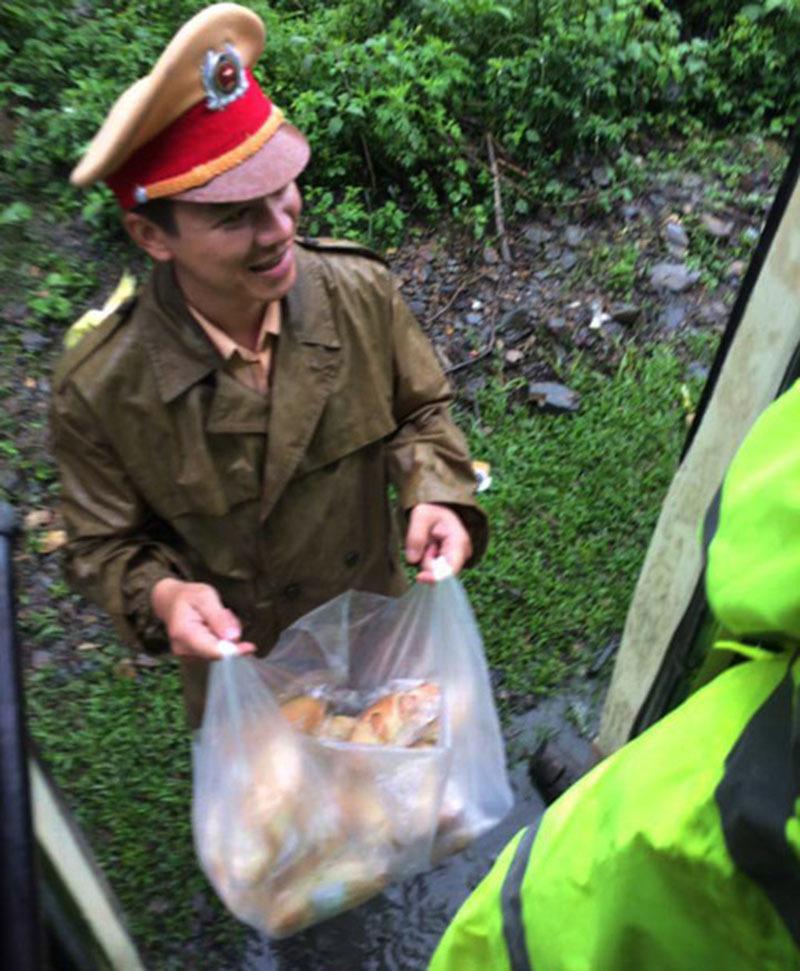 CSGT tặng bánh mì cho người dân bị tắc đường do mưa lũ