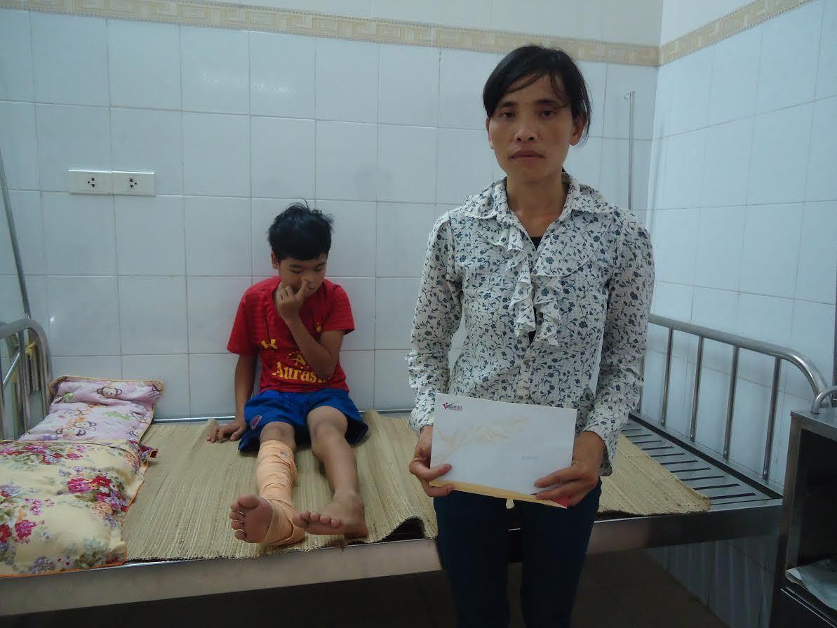 Bé Mai Văn Chiến bị hổ vồ đã được xuất viện về nhà