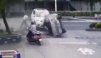 Ô tô lộn nhào qua đầu, người đi xe đạp sống sót thần kỳ