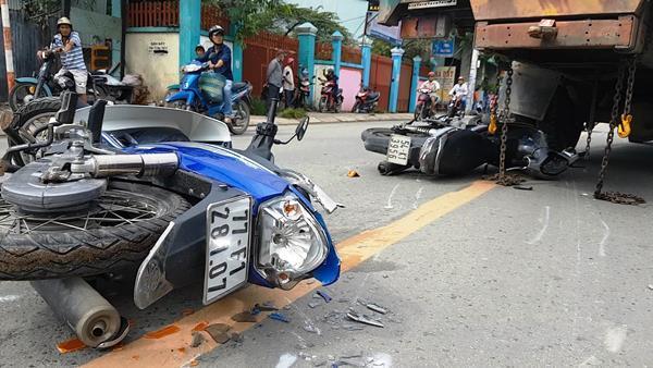 Xe 'điên' gây tai nạn liên hoàn, người nằm la liệt trên đường phố