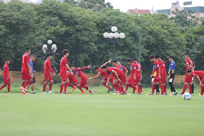 Công Phượng bị sao U20 VN 'đè' ngã sấp trên sân