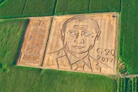 Dùng máy kéo vẽ chân dung TT Putin trên đồng ngô