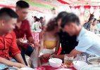 Sự thật về bức ảnh cô dâu ôm người yêu cũ khóc nức nở trong đám cưới