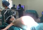 Thiếu nữ 'đeo' khối u buồng trứng 16kg, phải thở oxy