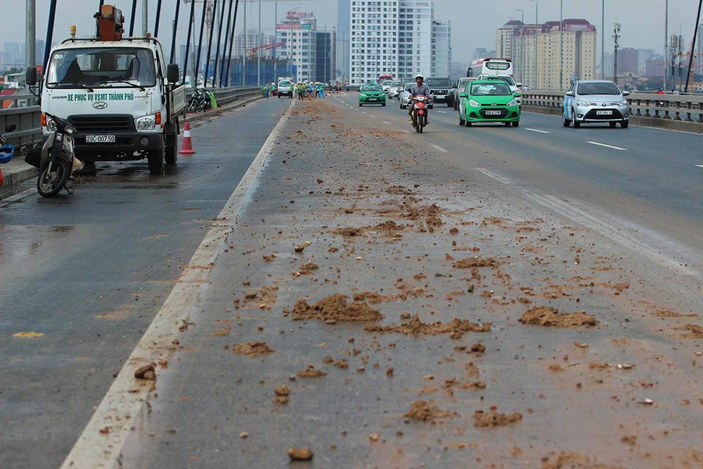 Hà Nội: Cầu Nhật Tân vãi đầy đất, xe máy chen làn ô tô