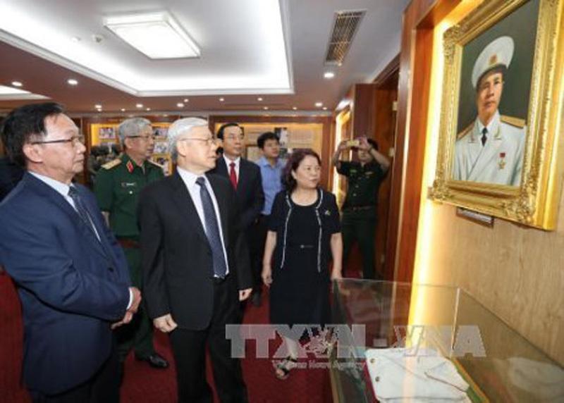 Tổng bí thư thắp hương tưởng niệm Đại tướng Nguyễn Chí Thanh