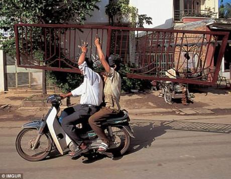 Ấn tượng 'siêu xe' chở hàng ở Việt Nam trên báo Anh